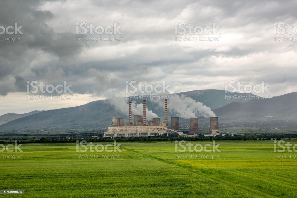 Die Anlage macht die Wolken im grünen Feld – Foto