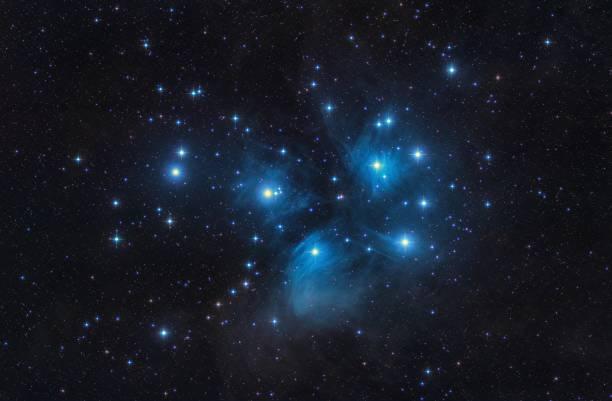 m45 plejaden sieben schwestern öffnen, cluster sterne und weltraum - sternhaufen stock-fotos und bilder