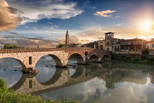 die ponte pietra brücke in verona an einem sommerabend-sonnenuntergang - venezien stock-fotos und bilder