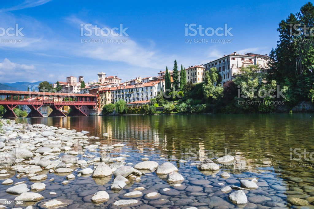 The Ponte Vecchio (or Ponte degli Alpini) bridge, and the Brenta river, in Bassano del Grappa, Veneto, Italy - foto stock