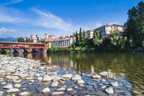 The Ponte Vecchio (or Ponte degli Alpini) bridge, and the Brenta river, in Bassano del Grappa, Veneto, Italy - foto stock