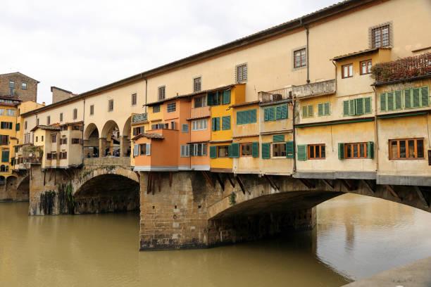 Die Ponte Vecchio aus der Ufizzi Galerie in Florenz zu sehen. Italien – Foto