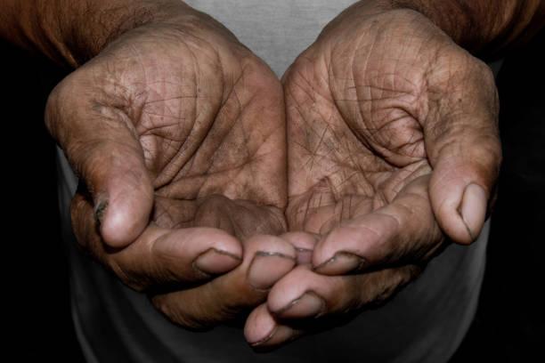as mãos do velho pobre implorar por ajuda. o conceito de fome ou pobreza. foco seletivo. - sem teto - fotografias e filmes do acervo