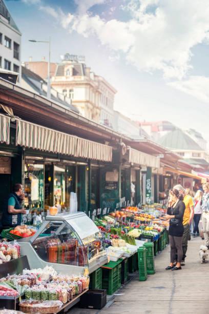 die berühmten naschmarkt von wien - naschmarkt stock-fotos und bilder
