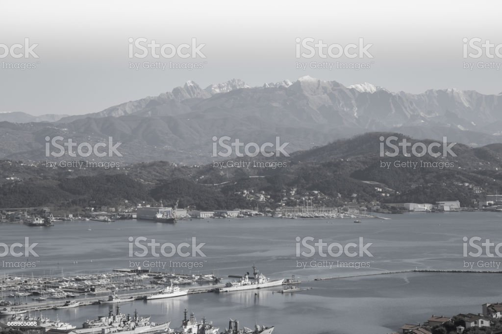 The port of La Spezia is one of the largest commercial ports in the Ligurian Sea and is located in the northernmost part of the Gulf of La Spezia in Liguria. foto stock royalty-free