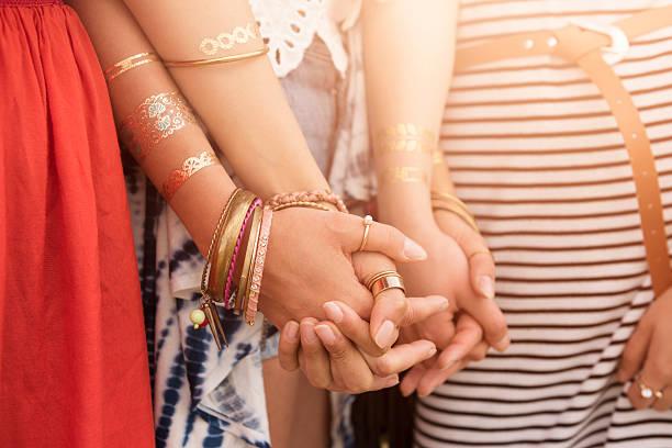 die kraft der freundschaft zwischen mädchen - freundin tattoos stock-fotos und bilder