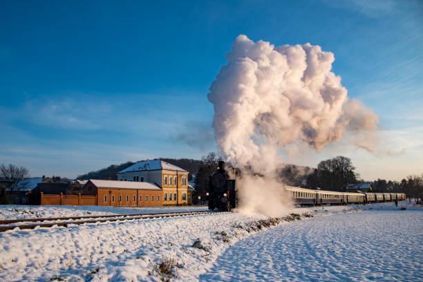 kraften i ångan mot en blå himmel - winter austria train bildbanksfoton och bilder