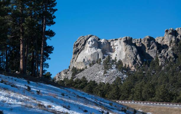 die präsidenten gesichter von mount rushmore können eine lange entfernung gesehen werden - lincoln united stock-fotos und bilder