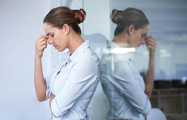 der druck der arbeit ist es, ihr - migräne vorbeugen stock-fotos und bilder