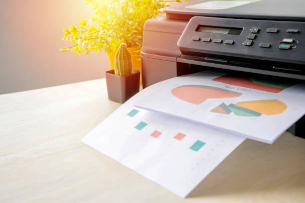 La impresora es totalmente funcional,Situado en el escritorio. - foto de stock