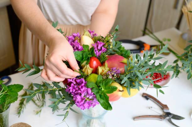 processen att bilda en frukt och blomma bukett. tutorial, gör det själv. foto 27, kvinnors händer infogar en kvist rosmarin i buketten - cactus lime bildbanksfoton och bilder