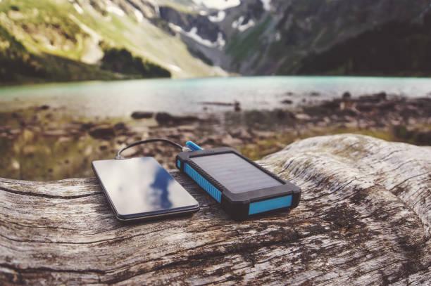 prototivny-solar-akku für gadgets - zelt stehhöhe stock-fotos und bilder