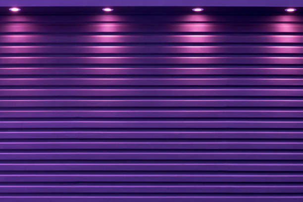 die lila rolltor mit dem licht von spotlight hintergrund. - garagentor mit tür stock-fotos und bilder