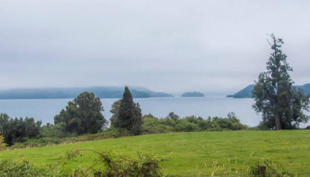 Der Puyehue See im chilenischen Patagonien mit Nebel – Foto
