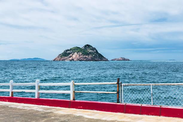 Las barandillas de la isla y el paisaje del mar - foto de stock