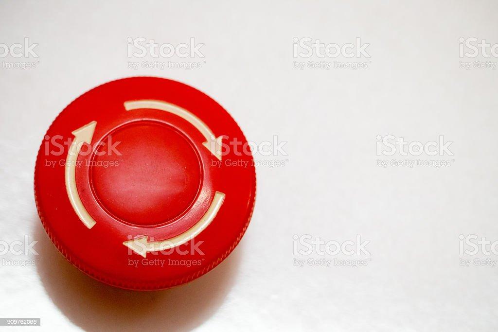O botão vermelho de emergência ou botão de stop para a imprensa de mão. Botão STOP para máquina industrial, paragem de emergência para Safety.white seta no botão de alarme parar. Buttom vermelho - foto de acervo