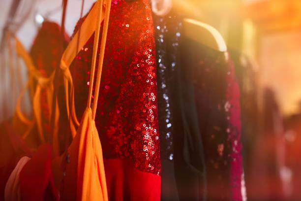 die roten paillettenkleid tanz - stoffe berlin stock-fotos und bilder