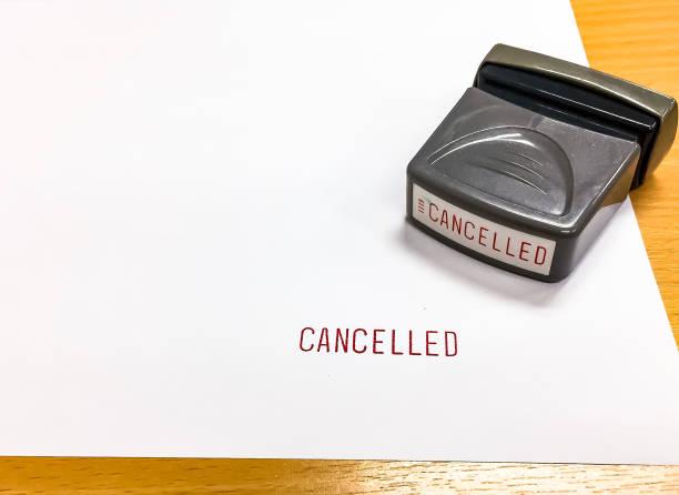 der rote text wurde abgebrochen mit stempel auf dem weißen papier gestempelt. - kündigung arbeitsvertrag stock-fotos und bilder