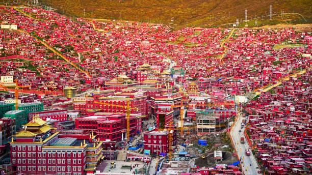 vadideki kırmızı köy sichuan 'da seda denilen, çin - ganzi tibet özerk bölgesi stok fotoğraflar ve resimler