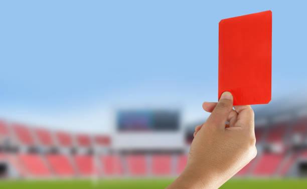 L'arbitre a montré un carton rouge dans le domaine - Photo