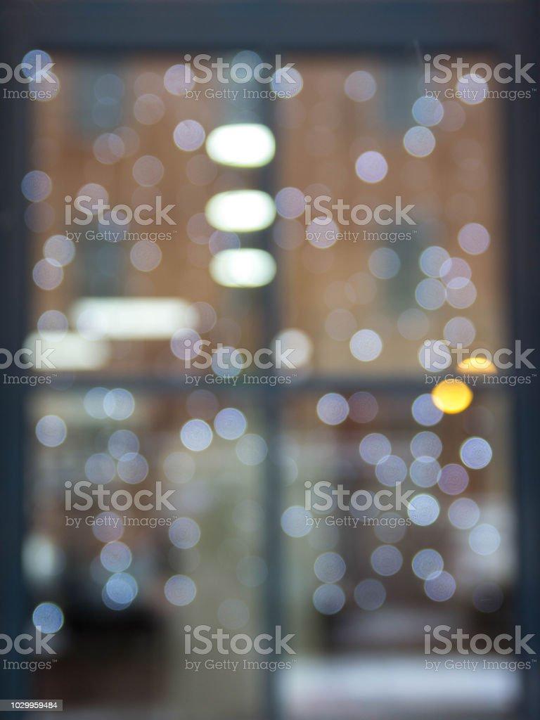 Weihnachtsbeleuchtung Am Fenster.Das Spiegelbild Im Fenster Der Weihnachtsbeleuchtung Und Menschen