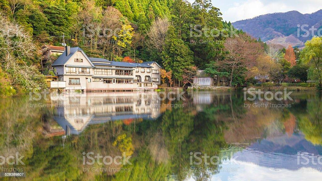 反射する湖で Kinrinko Yufuin タウン大分県、日本。 - アジア大陸のロイヤリティフリーストックフォト