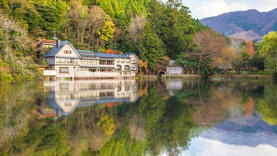 反射する湖で Kinrinko Yufuin タウン大分県日本 - アジア大陸のストックフォトや画像を多数ご用意