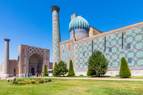 het registan, het hart van de oude stad van samarkand - oezbekistan - oezbekistan stockfoto's en -beelden