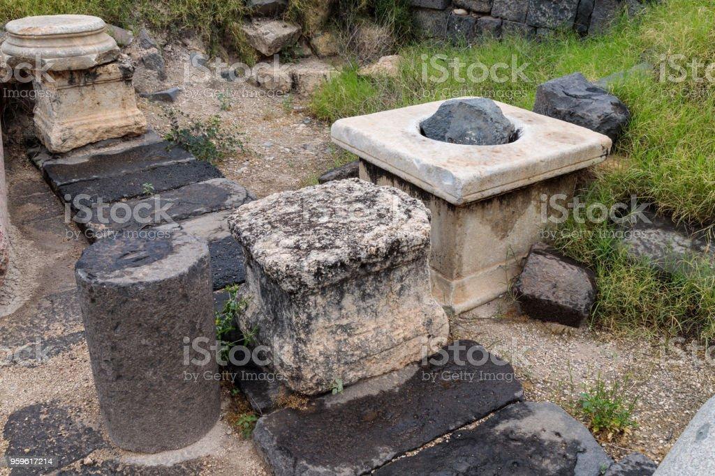 Los restos de la columna en las ruinas de la Susita griego - ciudad romana del siglo III A.C. - el 8 º siglo D.C. Hippus - en las alturas del Golán cerca del mar de Galilea - Kineret, Israel - Foto de stock de Abandonado libre de derechos