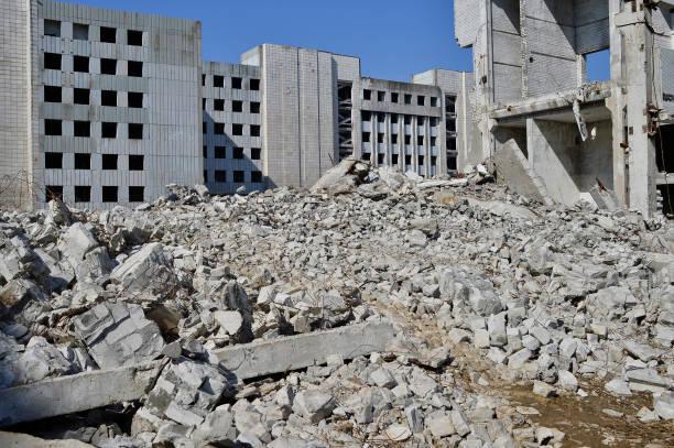 die reste des zerstörten gebäudes eine große industrieanlage. hintergrund - betonwerkstein stock-fotos und bilder