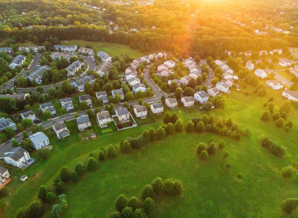 os quartos residenciais do alvorecer do por do sol sobre a vila perto - sol nascente horizonte drone cidade - fotografias e filmes do acervo