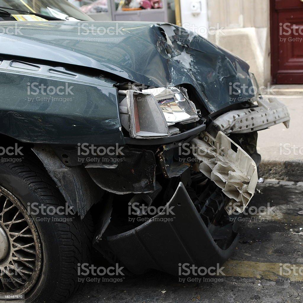 El resultado de alcohol; estropeado coche en carretera foto de stock libre de derechos