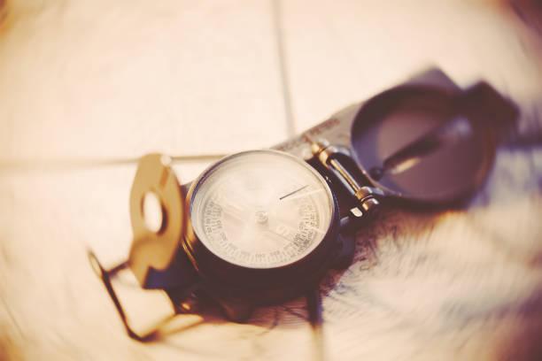 der richtige weg - kompass wanderkarte stock-fotos und bilder