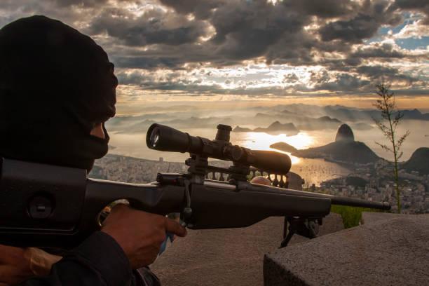 A polícia especial do Rio de Janeiro BOPE faz uma formação tática no Cristo Redentor dentre a principal atração turística no Rio de Janeiro, Brasil - foto de acervo