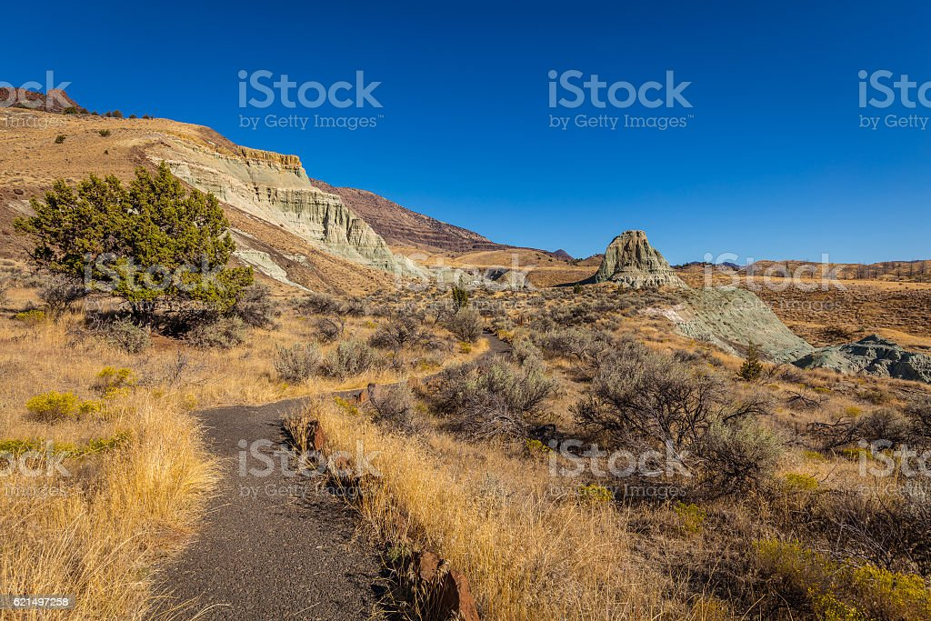 The road between the rocks. The unusual color. Dry landscape. foto stock royalty-free