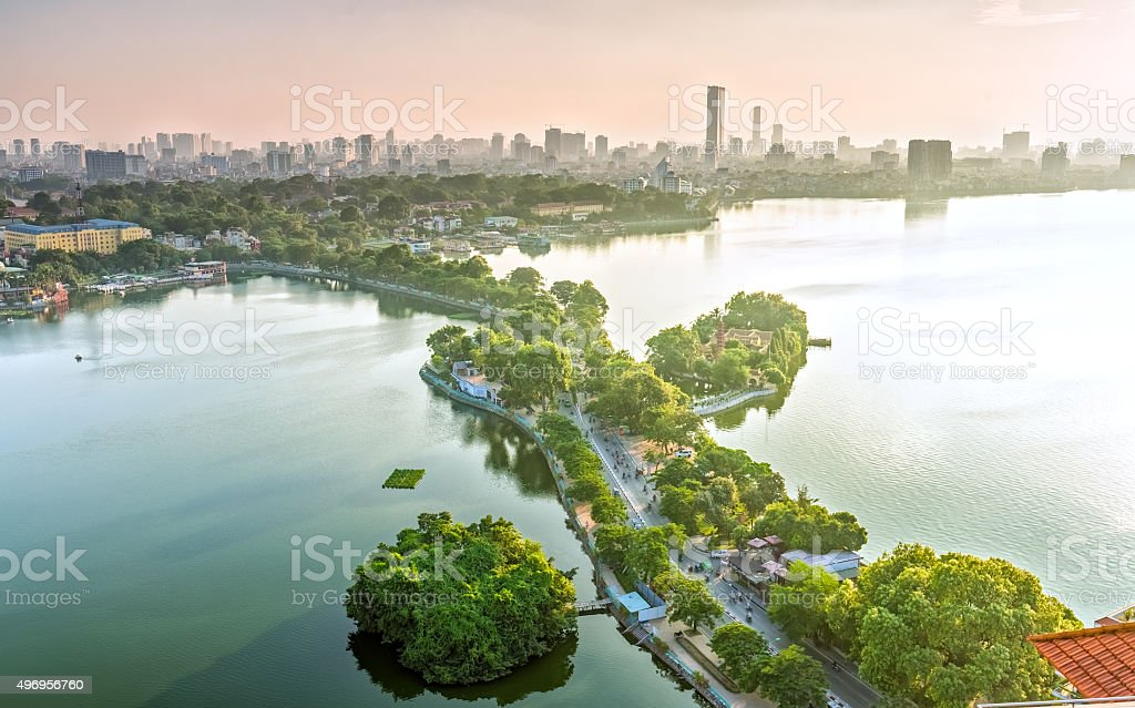 Die Straße überqueren der Insel Westlake, Hanoi, Vietnam – Foto