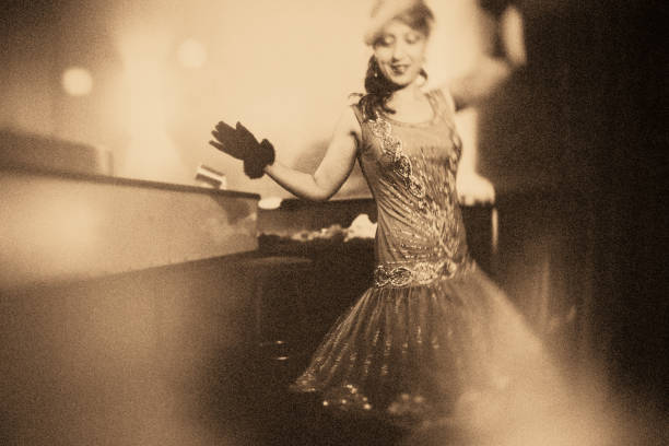 the roaring 20s The Golden Twenties – belle at bar counter drinking champagne diva human role stock pictures, royalty-free photos & images