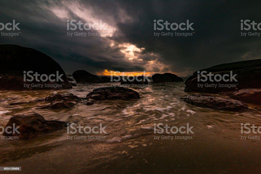 The rocks on the beach are stormy - Zbiór zdjęć royalty-free (Bez ludzi)