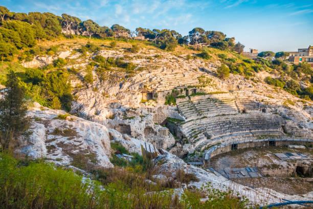 Das römische Amphitheater von Cagliari, Sardinien, Italien. Erbaut im 2. Jahrhundert n. Chr., halb in den Felsen eines Hügels gehauen. – Foto