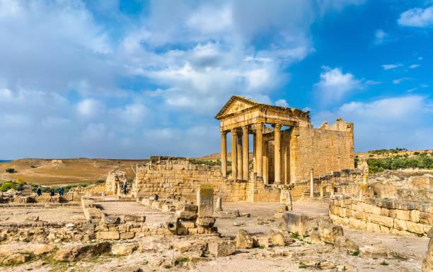 das römische kapitol in dougga. unesco-weltkulturerbe in tunesien - urlaub in tunesien stock-fotos und bilder