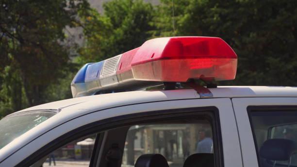 la barra montada en el techo de un coche de policía - feliz dia del policia fotografías e imágenes de stock