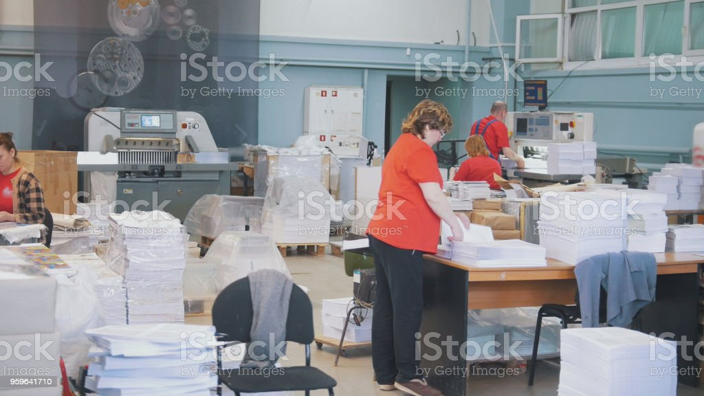 La habitación con trabajadores en acción en la tipografía - Foto de stock de Adulto libre de derechos