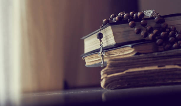 der rosenkranz perlt auf den liturgilen büchern der katholischen kirche. - psalm stock-fotos und bilder