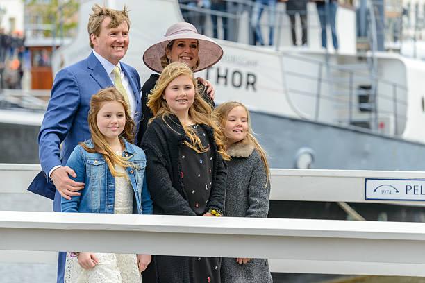 die königliche familie der niederlande während königstag in zwolle - feiertage holland 2016 stock-fotos und bilder