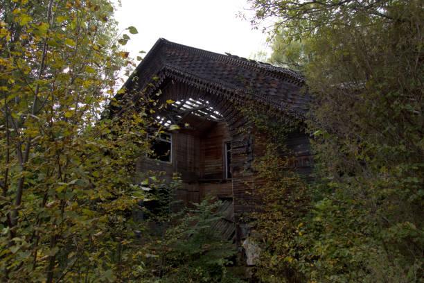 ruinerna av ett övergivet hus. - brand sotiga fönster bildbanksfoton och bilder