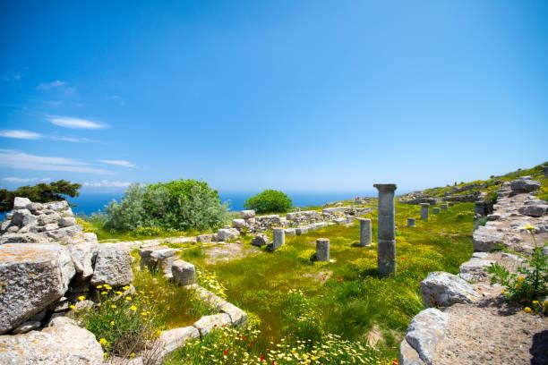 die ruinen des antiken thira, einem prähistorischen dorf an der spitze des berges mesa vouno, santorini, griechenland. - fira stock-fotos und bilder