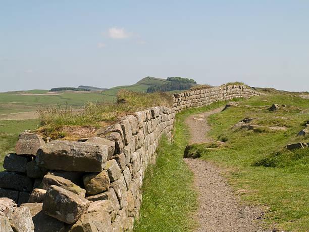 die ruinen von der hadrian's wall - hadrian's wall stock-fotos und bilder