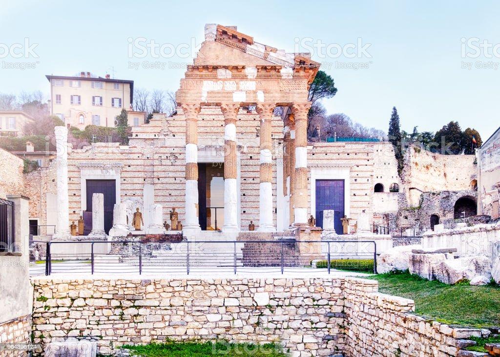 As ruínas do templo da Tríade Capitolina em Brescia, no centro da antiga cidade romana de Brixia ou Capitolium - Foto de stock de Antigo royalty-free