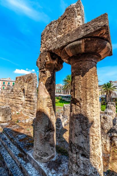 die ruinen des apollo-tempels in syrakus sizilien - ortygia stock-fotos und bilder