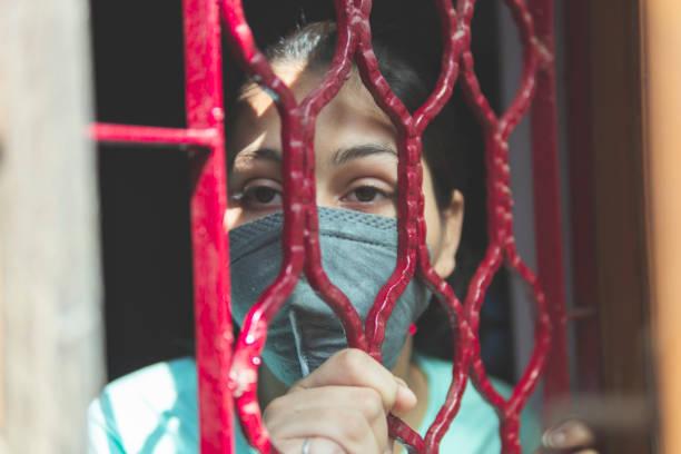 das traurige mädchen schützt sich und trägt eine maske gegen das corona-virus - standbildaufnahme stock-fotos und bilder